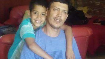 En familia. Osvaldo, con su pequeño hijo de ocho años.