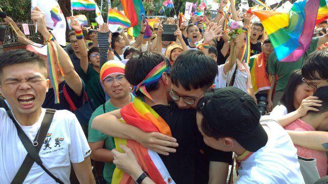 Festejo. Integrantes de la comunidad gay celebran la sanción de la ley por el congreso taiwanés.