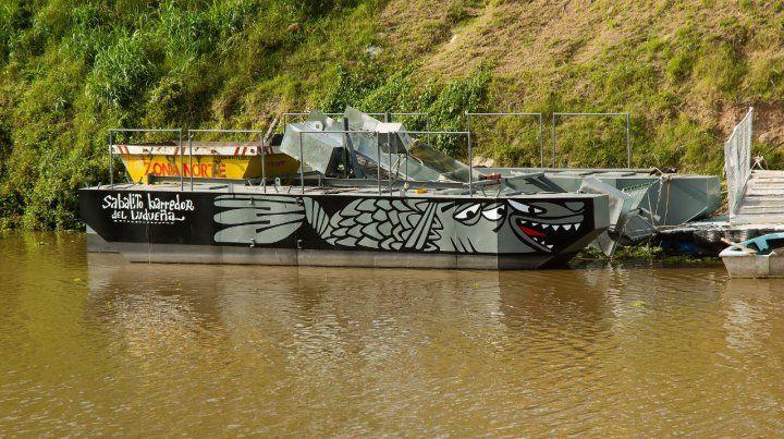La particular embarcación. La idea es que los desechos no lleguen al Paraná para construir un curso de agua con calidad ambiental.