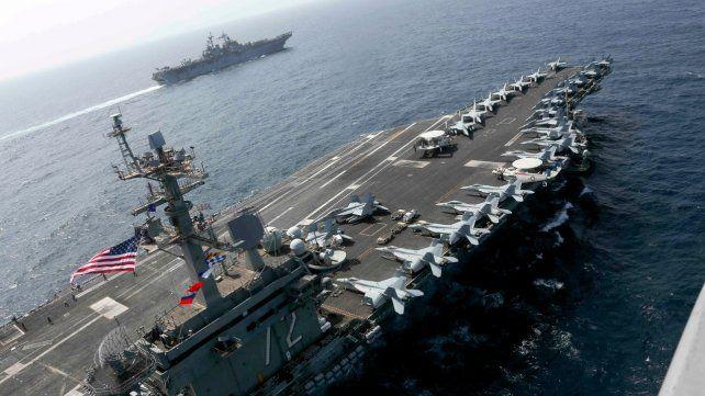 Poder de fuego. El portaaviones Lincoln navega junto al buque de asalto anfibio Keasarge.