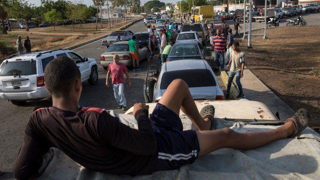 A esperar. Colas que duran 24 horas son comunes en Maracaibo.