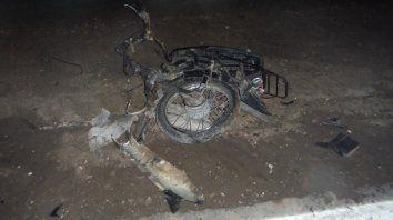 La moto, impactada por 2 vehículos.