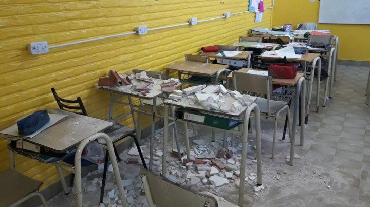 En un salón. La mampostería cayó sobre bancos donde había alumnos.