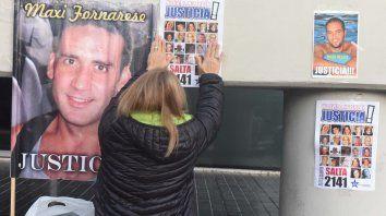 Reclamo. Cada mañana, los familiares de las víctimas colocan sus fotos en el ingreso al Centro de Justicia Penal, donde se realiza el juicio.