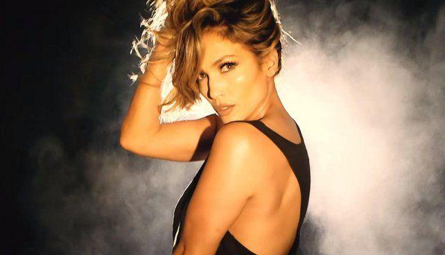 Jennifer López sacudió las redes al bailar en tanga en un video muy sensual