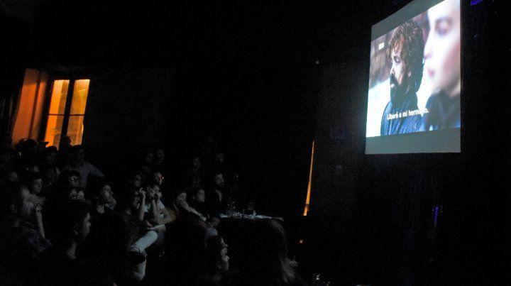Atentos. Los fans rosarinos se apostaron ante las pantallas gigantes.