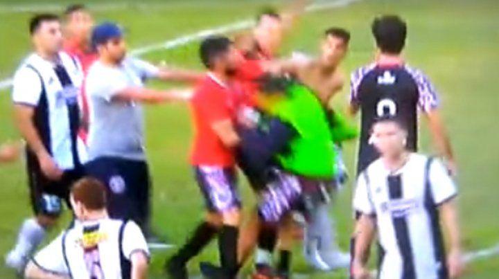 El momento del golpe. La imagen pertenece al video en el que se registró la agresión al arquero de Central Córdoba