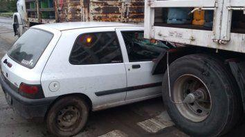 El Clío quedó encajonado entre el semirremolque y el acoplado del camión.