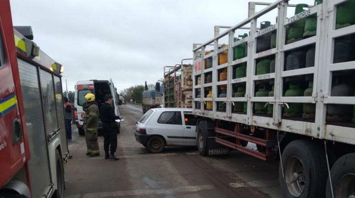 Un auto quedó incrustado entre el semirremolque y el acoplado de un camión