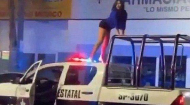 Un video muestra como una chica baila en el techo de un patrullero