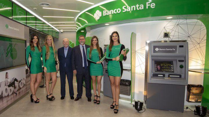 Flamante. La sucursal digital del banco en el aeropuerto.