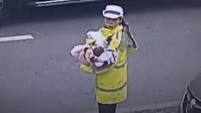 Una pareja se olvidó a su bebé recién nacido en  un taxi
