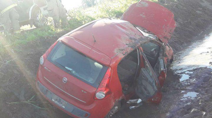 El Fiat Palio se metió en el zanjón.