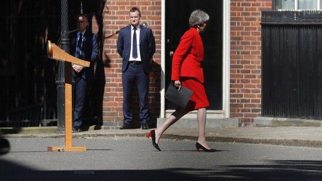 Entre lágrimas, Theresa May anunció su renuncia