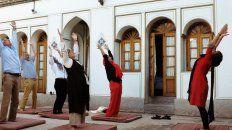 Irán prohíbe las clases de yoga por ser mixtas y con ropa inadecuada