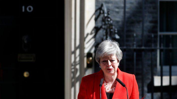 Dolida. May anuncia su dimisión en las puertas de Downing Street.