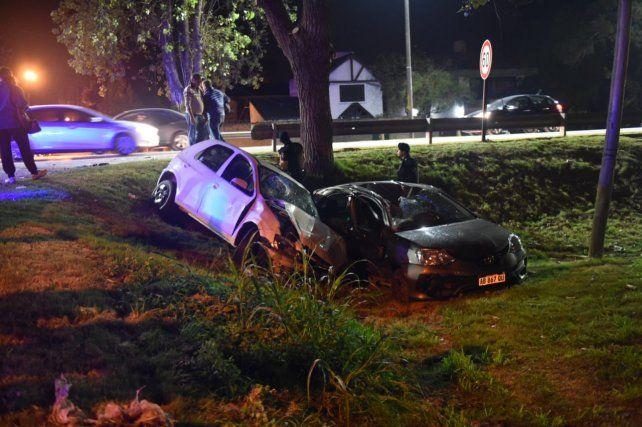 Cinco heridos en un violento choque entre dos autos en Fisherton
