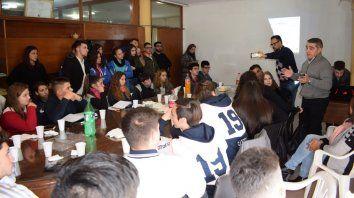 Juntos. El senador evaluó con centros de estudiantes el proyecto.
