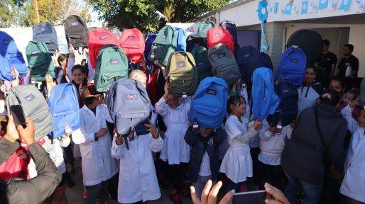 Última entrega. Los chicos de la escuela Nº 597 de Reconquista recibieron kits escolares.