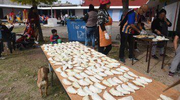 Manos en la masa. Los voluntarios se reunieron en el Polideportivo Garzón, de barrio Ludueña..