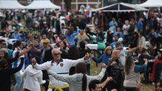 Festejos por la patria. Miles de rosarinos se animaron a bailar ayer ritmos folclóricos en el parque Yrigoyen, de Gálvez al 600.