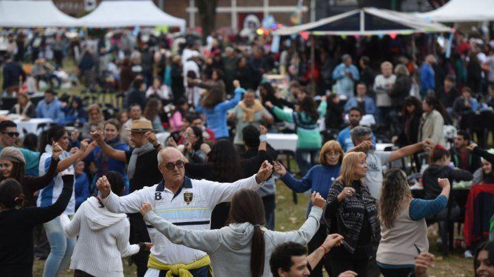 Festejos por la patria. Miles de rosarinos se animaron a bailar ayer ritmos folclóricos en el parque Yrigoyen