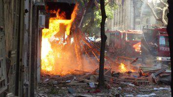 Desastre. Tras un ruido ensordecedor, la cuadra de Salta entre Balcarce y Oroño fue la imagen de la destrucción.