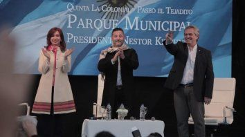 El escenario. Cristina Kirchner y Alberto Fernández, junto al intendente de Merlo, Gustavo Menéndez.