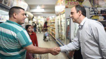 José Corral, candidato de Cambiemos, en una recorrida de campaña.