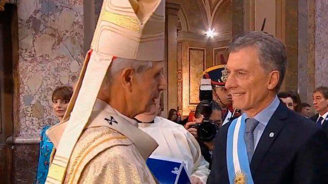 Protocolo. El presidente Macri y el arzobispo Poli se saludan antes del Tedéum en la Catedral Metropolitana.