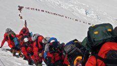 Fila. El martes, una hilera de 250 montañistas esperaba turno a más de 8.000 metros de altura.