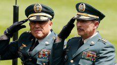 Línea dura. El general Nicacio Martínez Espinel (derecha) durante una ceremonia militar en Bogotá.