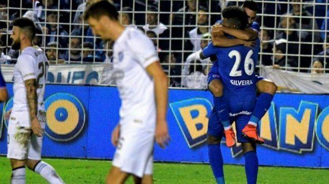 En tierra tucumana. Silveira (26) marcó el gol de la victoria visitante y festejó así.