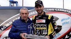 Reconocimiento. Ardusso recibe del presidente de la ACTC, Hugo Mazzacane, el recuerdo de las 100 carreras.