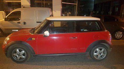 Detienen a una mujer en posesión de un auto robado y cocaína