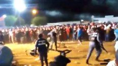 El Brete. Grupos de espectadores se trenzan en una batalla campal..