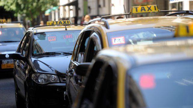 A la espera. En las paradas tradicionales del centro rosarino se acumulan taxis a la espera de algún viaje que mejore la recaudación diaria.
