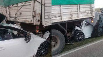 Impacto de atrás. El Volkswagen Vento se incrustó bajo el camión.