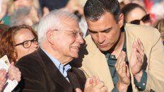 Felices. Josep Borrell, canciller, lideró la lista europea. A su lado, el premier Pedro Sánchez.
