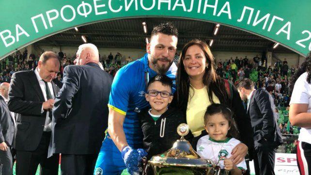 Campeón. Broun celebró el título junto a su esposa y sus hijos Santino y Catalina.