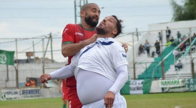 Fuera de forma. El Ogro Fabbiani busca el balón ante un defensor.
