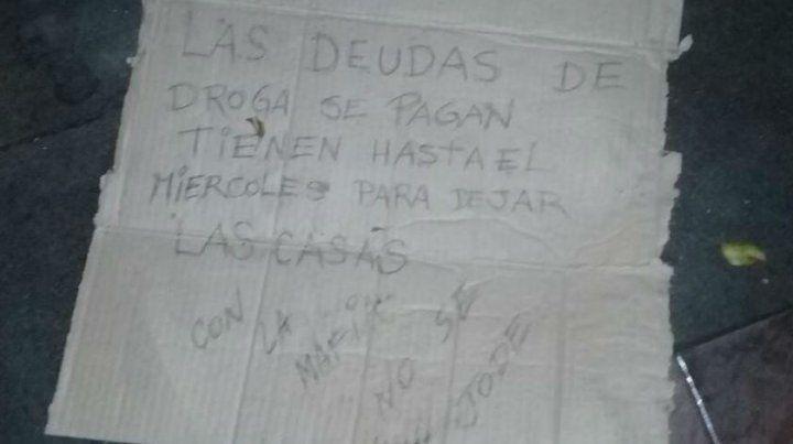 El cartel que dejaron en la puerta de la propiedad está escrito a mano y sobre un cartón