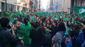 Marea verde. La multitud que se movilizó obligó a cortar el tránsito en calle corrientes para apoyar la presentación del Aborto Seguro, Legal y Gratuito en el Congreso.