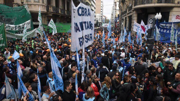 Rosario muestra su rechazo a la política económica del gobierno con dos actos masivos