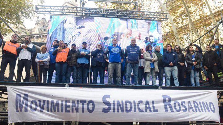 Los referentes del Movimiento Sindical Rosario (MSR) encabezaron el acto en la plaza 25 de Mayo.