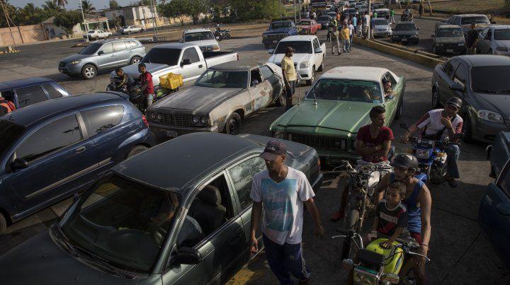Venezuela se queda sin nafta por falta de insumos para la refinación