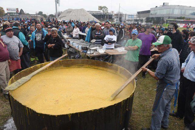 Una olla popular gigante marcó el cierre de la medida de fuerza
