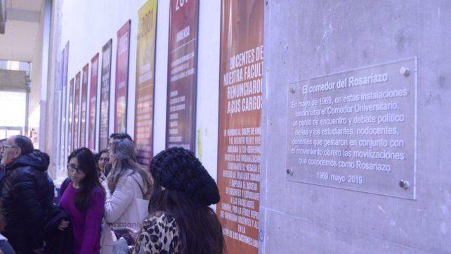 Una placa colocada en la Facultad de Humanidades recuerda las instalaciones donde funcionó el comedor universitario en tiempos de las movilizaciones.