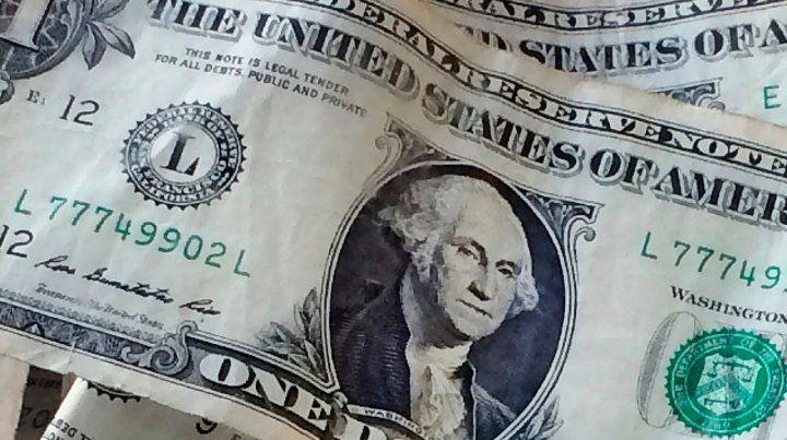 El dólar operó con fuerte volumen y aumentó el riesgo país