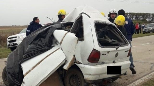 Irreconocible. El auto quedó con el frente totalmente destruido.